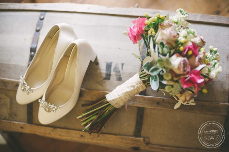 Photography of the bride's bouquet and shoes, on a characterful old chest