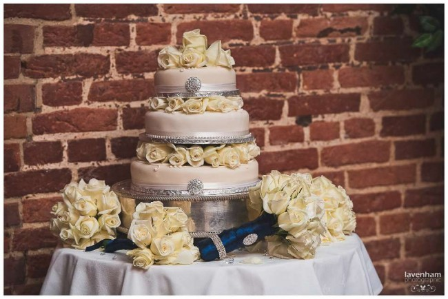 The Wedding cake with bouquets